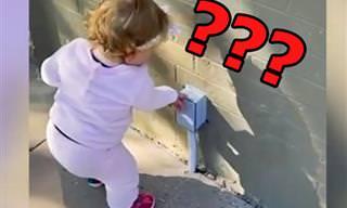 ילדה קטנה וחמודה חושבת שכל דבר הוא מתקן לחיטוי ידיים