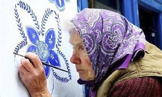 קשישה בת 90 יוצרת עיטורים מיוחדים במינם על קירות ביתה
