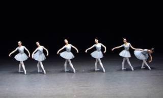 רקדניות בלט מציגות: תיאום מושלם של חוסר תיאום!