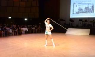 מופע קפיצות בחבל של אתלטית הונגרית