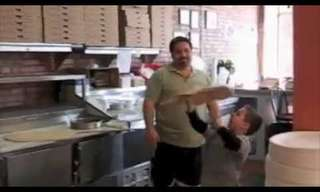 ילד בן 7 מקפיץ פיצה כמו מקצוען!