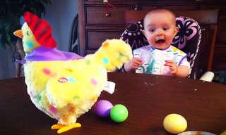 תינוקות מגיבים לצעצועים חדשים