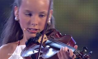 לילדה הקטנה הזאת יש כישרון נגינה מדהים - פשוט תענוג!
