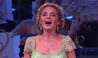"""צפו בביצוע מופתי של אנדרה ריו וזמרת סופרן ל""""צלילי המוזיקה"""""""