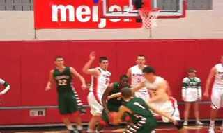 כדורסלן מציל כדור - ומצטער על כך...