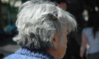 כיצד לעכב צמיחה של שערות אפורות