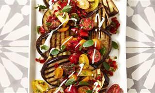 מתכון לפרוסות חציל על הגריל עם סלט עגבניות רענן
