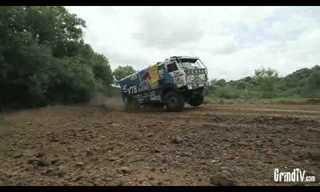 אופנוען קופץ מעל משאית נוסעת - פעלול מדהים!