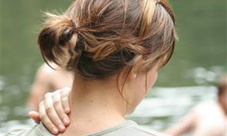 תרגיל לשחרור צוואר תפוס בעזרת מגבת