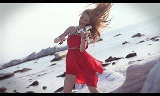 """כנרית מבצעת את """"הריקוד של זורבה"""" על חוף הים ביוון"""