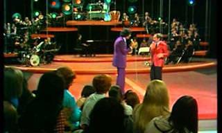 """הדואט המרגש של אזנבור ומסיאס משנת 1973 בשירת """"הבה נגילה"""""""