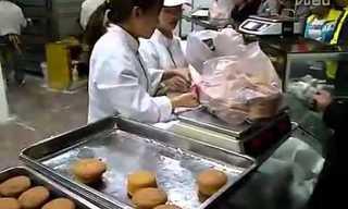 עובדת מאפייה סינית עם ידיים מהירות