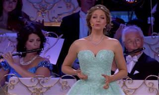 אנדרה ריו וזמרת אופרה מוכשרת בביצוע נפלא לשיר מתוך האופרה ריגולטו