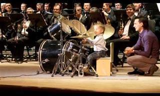ילד בן שלוש מנגן עם התזמורת הנובוסיבירית