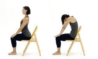 7 תרגילי יוגה שניתן לבצע בישיבה על כיסא