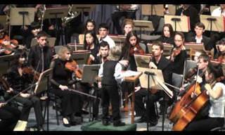 ילד בן 7 מנצח על תזמורת שלמה