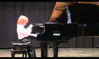 כישרון קטן גדול - רק בן 6 ומנגן על פסנתר כמו אמן!