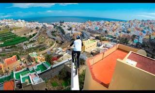 רוכב האופניים הזה הפך את גגות העיר למגרש המשחקים הפרטי שלו