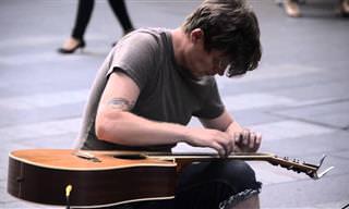 אמן רחוב מנגן מוזיקה קצבית מדהימה על גיטרה