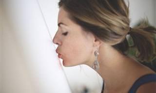 """האומנות של """"ליפסטיק לקס"""" שעשויה אך ורק מאודם ונשיקות"""