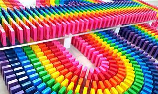 סרטון הדומינו הזה יהפוך את היום שלך לצבעוני ורגוע יותר