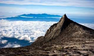 טיפוס על ההר המוזר ביותר בעולם - קינבלו
