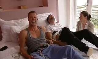 גברים חווים צירי לידה כדי שיחושו את כאב הנשים