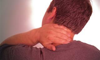 הכירו תרגיל קליל לשחרור כאבי צוואר וגב עליון