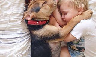 תמונות מתוקות של תינוק וגור הכלבים שלו