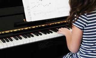 6 יתרונות שנגינה על כלי מוזיקלי מספקת לילדים