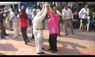 רגע של נחת: כשסבא'לה על רחבת הריקודים, אי אפשר לעצור אותו!