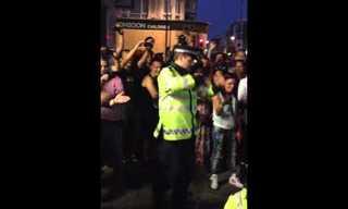 שוטרים רוקדים בקרנבל נוטינג היל