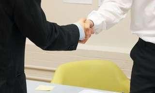 10 טיפים ללחיצת יד שתעביר את המסר הנכון