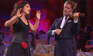 כשאנדרה ריו והזמרת כרמן מונרצ'ה יחד על הבמה קורה משהו נפלא...