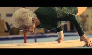 מופע אקרובטיקה של ג'ואנה קואס, המתעמלת המבוגרת ביותר בעולם