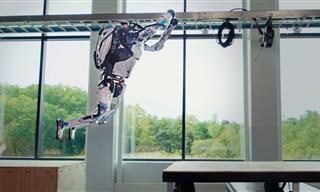 תצוגה מדהימה של הרובוט אטלס על מסלול מכשולים