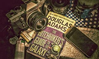 15 ציטוטים משעשעים וחכמים של דאגלס אדמס
