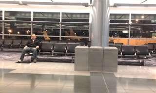 סרטון מצחיק: לבד בשדה התעופה