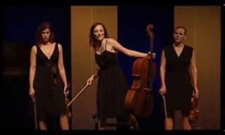 חבורת בנות משעשעת מנגנת מוזיקה קלאסית