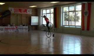 אף פעם לא חשבתי שאפשר לבצע כאלה פעלולים מיוחדים על אופניים...