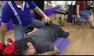 טיפול בכאבי גב בעזרת פטיש - סרטון בלתי יאומן!