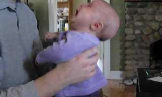התינוקת בוכה כשעוצרים את המוזיקה