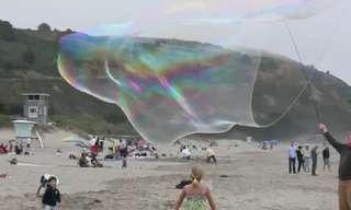 בועות סבון ענקיות על החוףבועות הסבון הענקיות האלה גדולות יותר ממכונית משפחתית.נראה שזו יכולה להיות אטרקציה נהדרת, בקרוב בחופי ישראל?