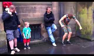 ילד גונב לרקדן רחוב את ההצגה