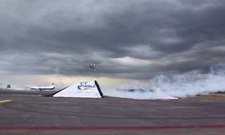 ראיתם פעם אופנוע עף מעל מטוס?