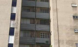 בכמה מכרו השכנים את הדירה?