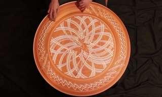 סרטון מהפנט של ציור בחימר על גלגל חרס