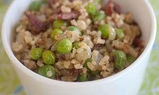 תבשיל קינואה עם אפונה ירוקה ונקניק