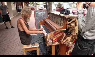 כשההומלס הזה התיישב על פסנתר, איש לא ציפה לשמוע יצירה שכזו...