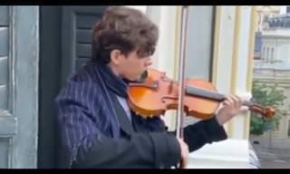 כנר ספרדי מוכשר מבצע שיר שכל ישראלי מכיר מהמרפסת של ביתו